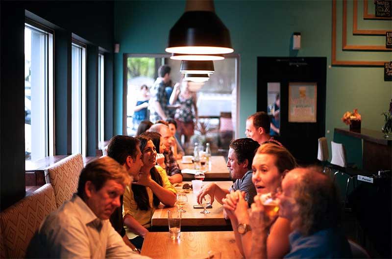 考慮餐廳是否適合交談